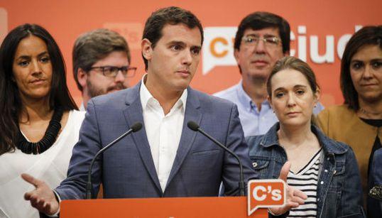 Mira las caras de la promesa rota... detrás de Albert Rivera