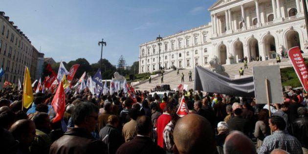 Protestas contra los recortes en Portugal: miles de personas se congregan frente al Parlamento en