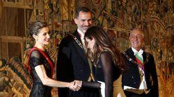 La reina Letizia y Sara Carbonero comparten 'flashes' en la cena de Estado de los Reyes en