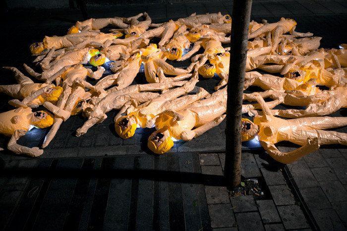 ¿Qué hacen todas estas muñecas hinchables a las puertas del ministerio de