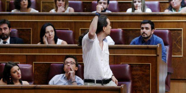 Abucheos a los diputados de Podemos por la forma de prometer su