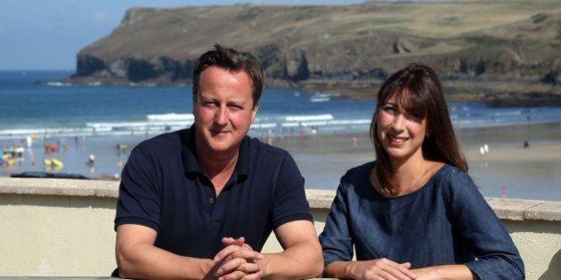 David Cameron protesta por unas fotos cambiándose de bañador con la toalla de Mickey