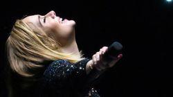 Adele se hace un selfie en el escenario con un bebé e Internet se vuelve