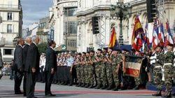 Hollande rinde honores a la bandera republicana española en