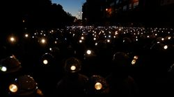 Una marea de linternas recorre las calles de León