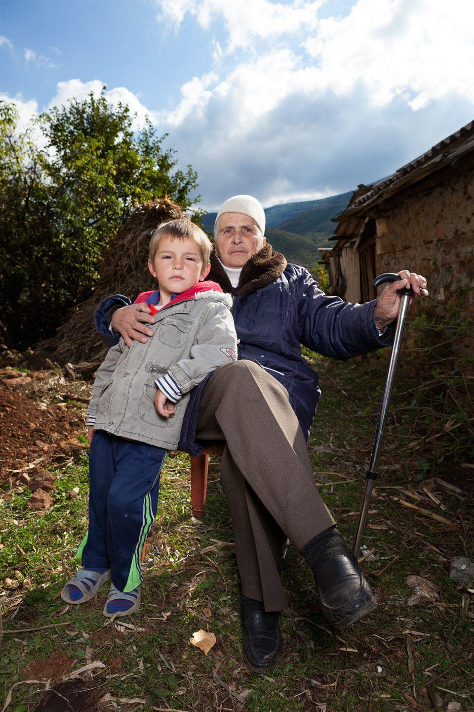 Las increíbles fotos de las mujeres albanas que decidieron vivir como hombres