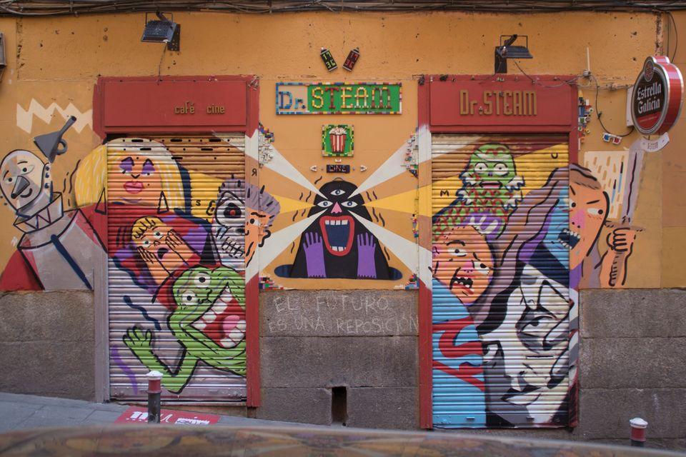 Una galería de arte en plena calle: las obras de la exposición 'El futuro, Lavapiés