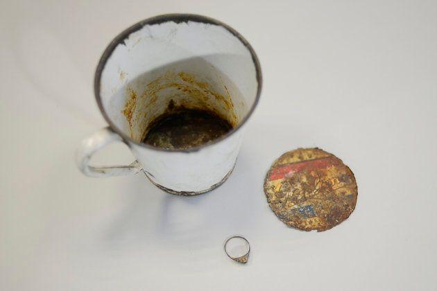Siete décadas después, descubren joyas en el fondo oculto de una taza de