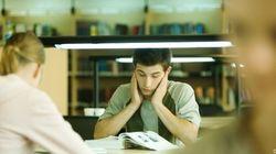 Un ciudadano paga la matrícula de estudiantes con dificultades