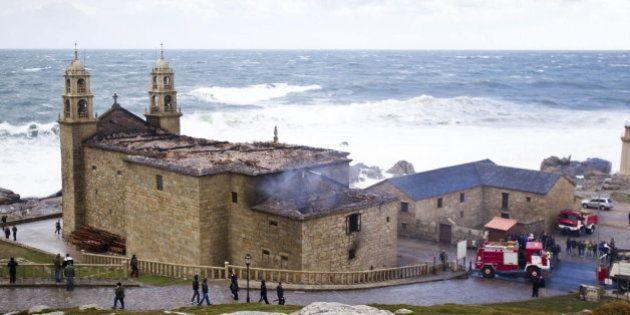 El santuario A virxe da Barca (Muxía), calcinado tras caer un
