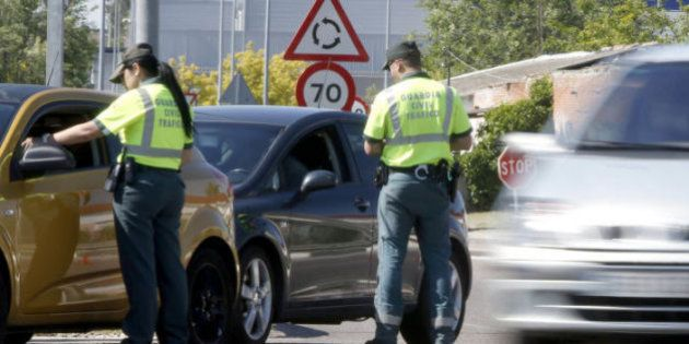 Tráfico multa a un conductor en Salamanca con 80 euros por morderse las