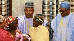 El presidente de Nigeria se reúne con la joven localizada tras dos años en manos de Boko