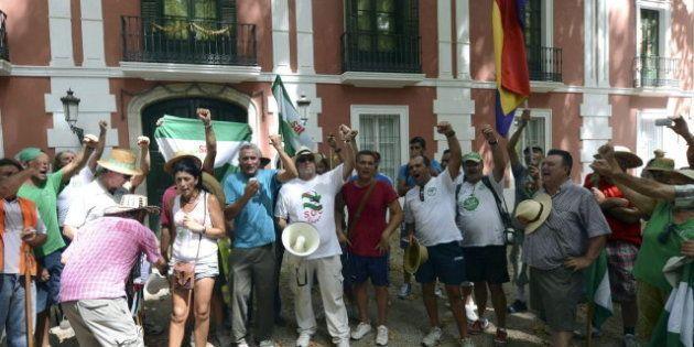 Jornaleros del SAT ocupan el palacio de Moratalla en Córdoba con permiso de su