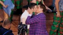 Un beso gay contra la homofobia en los juegos de la