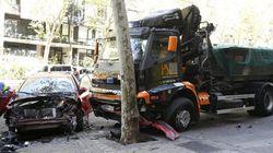 Un camión sin conductor hiere a una mujer y arrolla a 6 vehículos en