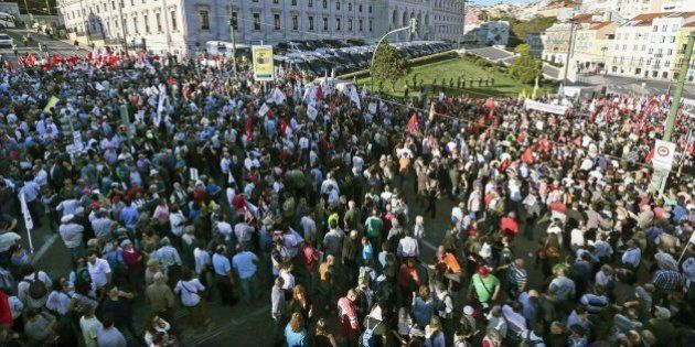 Miles de manifestantes celebran la caída del Gobierno conservador en