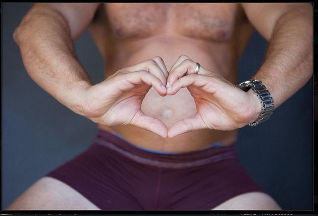 Fotografías de embarazo: el hombre que imita las poses de una mujer embarazada