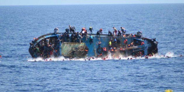 La foto del horror: capta el momento en el que naufraga una embarcación frente a