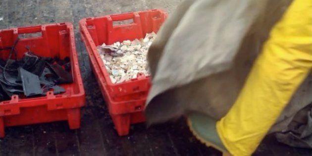 Pescadores hacen sillas recicladas con el plástico que pescan del mar