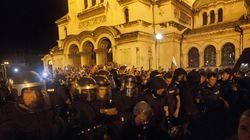 Cientos de manifestantes bloquean la entrada al Parlamento de