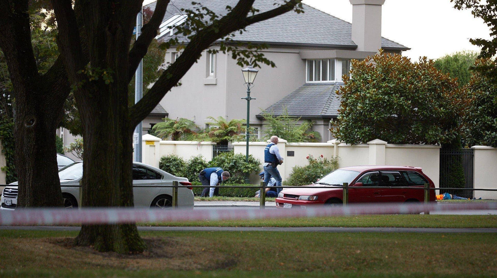 現場を調べる捜査員ら=3月15日、ニュージーランド・クライストチャーチ