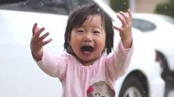 Su reacción ante la lluvia te recuerda cómo disfrutar las pequeñas