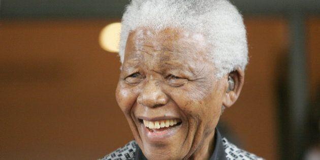 Nelson Mandela sale del hospital tras casi tres meses