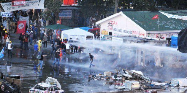 La Policía turca desaloja por la fuerza a los manifestantes de Taksim y el parque