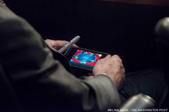 El senador John McCain, pillado jugando al póker con su iPhone en pleno debate sobre