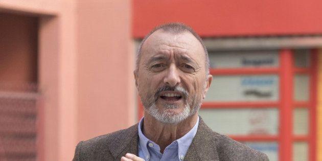 La polémica de Pérez-Reverte con un académico por el sexismo en el