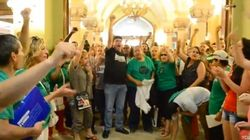 Cientos de miembros de la PAH ocupan la sede del BBVA en Sabadell