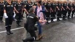 La emocionante petición de matrimonio de un militar antes del desfile del