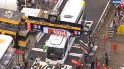 El Tour empieza... con un autobús atascado en la meta