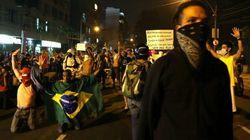Miles de personas protestan junto al estadio de
