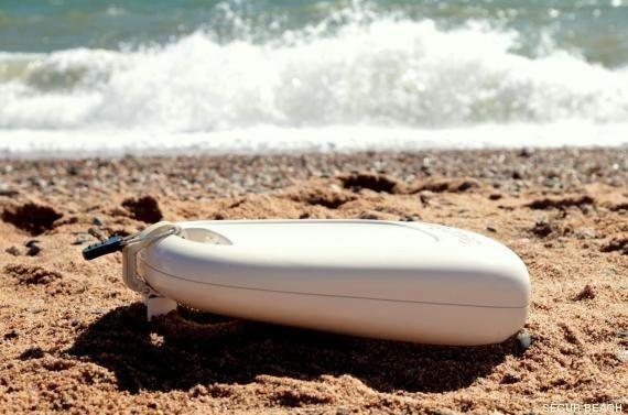 Evitar robos en la playa: 6 trucos divertidos para guardar el móvil y el dinero este