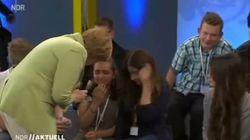 Una Merkel inflexible hace llorar a una niña