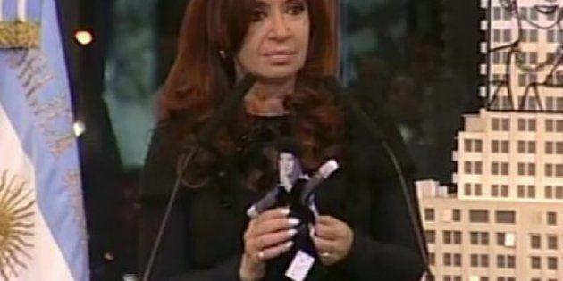 Cristina Fernández de Kirchner presenta su muñeca