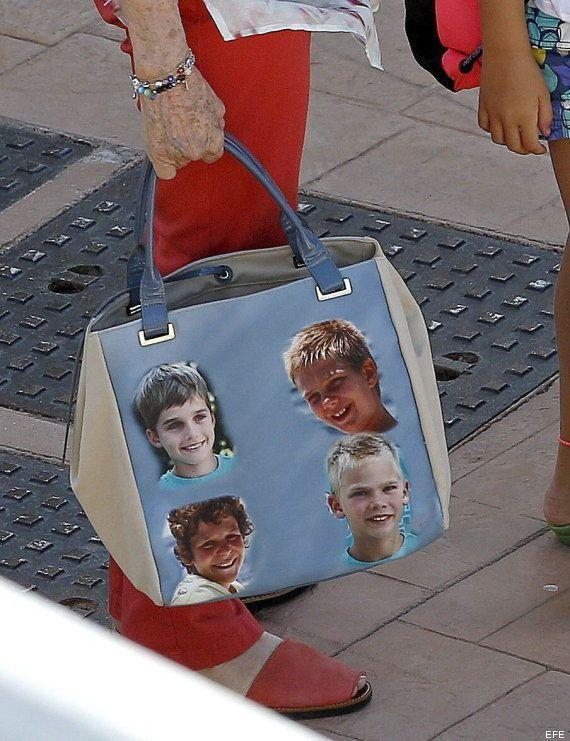 La Reina Sofía sorprende con su bolso