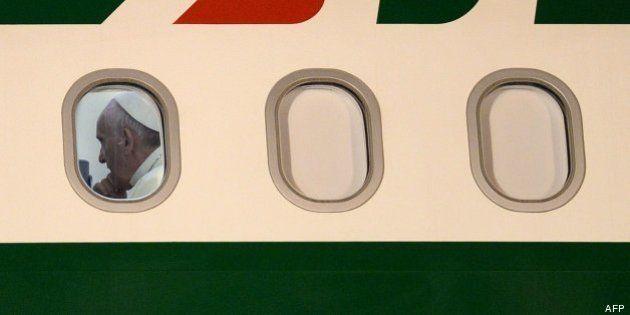 Siete pensamientos del papa Francisco en el avión: de las mujeres a su maletín