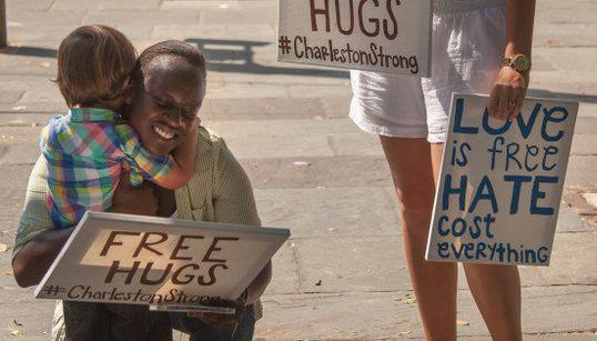 El viral abrazo de un niño blanco a una mujer negra en