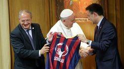 Una camiseta del Barça para el 'papa Francesc'