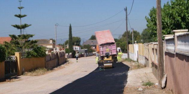 Unos vecinos se asfaltan su calle ante el pasotismo del