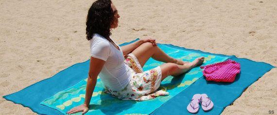 Tecnología de playa: de toallas antiarena a libros sumergibles y fundas acuáticas para