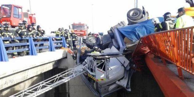 Rescatado un camionero que quedó atrapado colgando de un puente en