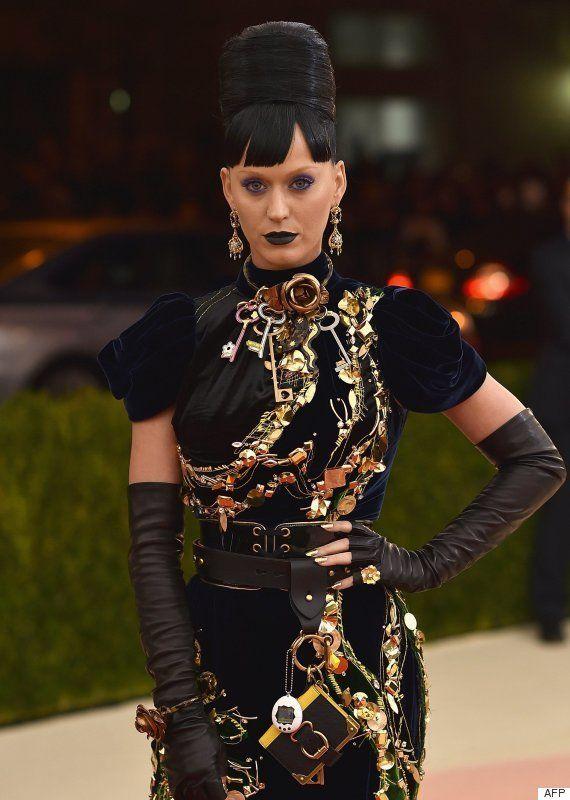 Katy Perry y Orlando Bloom lucen tamagotchis a juego en la gala del Met
