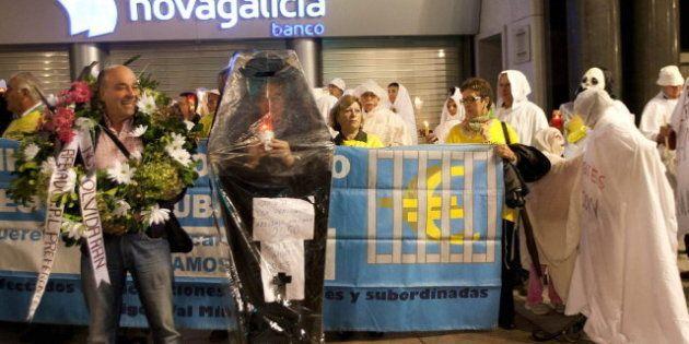 Afectados por las preferentes protestan durante la investidura de Alberto Núñez