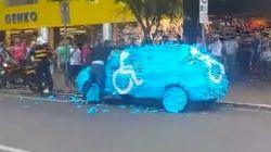 Humillado públicamente por aparcar en una plaza para