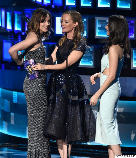 El vestido le jugó una mala pasada a Dakota Johnson en los People's Choice Awards