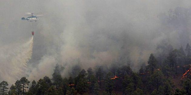 El incendio de Tenerife obliga a desalojar a 1.800 personas y alcanza el Teide
