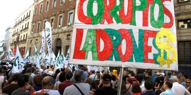 Unos 500 funcionarios protestan contra los recortes frente a la sede de Hacienda en